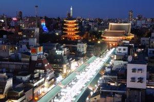Khung cảnh hoàng hôn của khu vực Asakusa và nơi thắp sáng lung linh Nakamise Dori, con phố mua sắm dẫn đến ngôi đền.