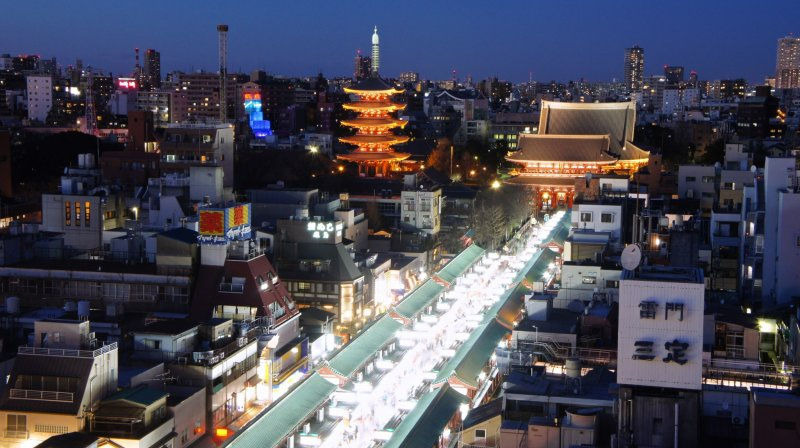 <p>The twilight time view of the Asakusa&nbsp;area and the well&nbsp;lit Nakamise Dori, the shopping street leading to the temple.</p>