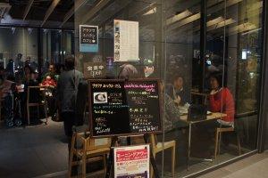 Lối vào quán cà phê Miharashiya. Cà phê thì đắt, nhưng view thì đáng giá