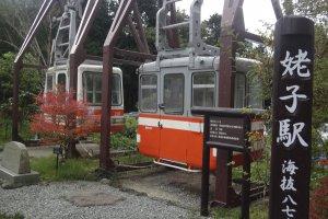 กระเช้าโบราณจอดโชว์อยู่ที่สถานี Ubako