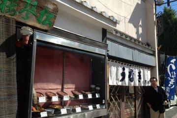 <p>รูปถ่ายภายนอกของร้านอาหารโชกินโระ (松琴楼) อาหารจำลองหน้าร้านช่วยให้นักท่องเที่ยวตัดสินใจในการเลือกเมนูอาหารได้เป็นอย่างดี</p>