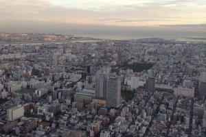 เหตุผลสำคัญในการสร้างหอคอยแห่งนี้ เนื่องจากประเทศญี่ปุ่นเป็นประเทศแรกๆ ที่เปลี่ยนระบบสัญญาณโทรทัศน์จากแบบอนาล็อกมาเป็นระบบดิจิทอล และตึกระฟ้าที่ต่างสร้างเพิ่มความสูงขึ้นทุกวันทำให้บดบังสัญญาณของโตเกียวทาวเวอร์