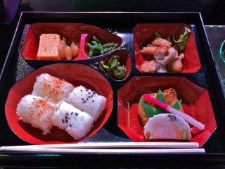 Bữa ăn đựng trong hộp bento. Đây là phần cá hồi; không no lắm nhưng cóthể xem như món khai vị vừa đủ với khẩu vị của người Mỹ.