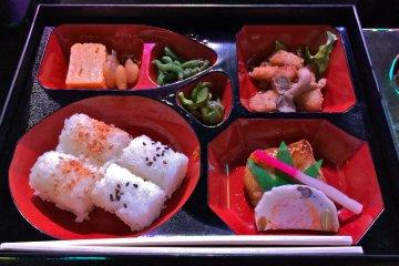 Обед в коробочках бэнто. Это вариант с лососем - легкая закуска, для нас, американцев