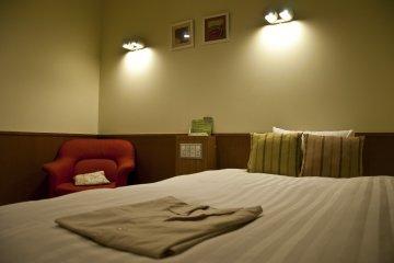 <p>Comfy semi-double bed</p>