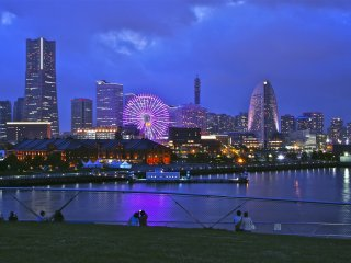 AkarengaSoko as seen from the Osanbashi Yokohama International Passenger Terminal—a fascinating and romantic view, as you might figure out looking at all the couples at the waterfront!