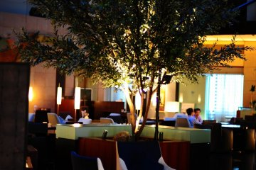 <p>The atrium lounge is comfortable and serves a buffet breakfast.</p>
