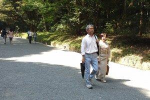 ชาวญี่ปุ่นก็นิยมเข้ามาที่ศาลเจ้าเมจิ