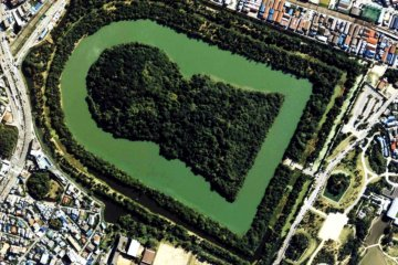 <p>Mozu Daisenkyo Kofun is the largest tomb in the world, its keyhole shape inviting us into the unknown.</p>