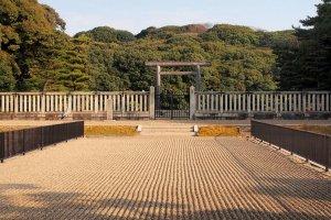 Ворота, ведущие к гробнице императора Нинтоку в захоронении Модзу Дайсэнрё Кофун.