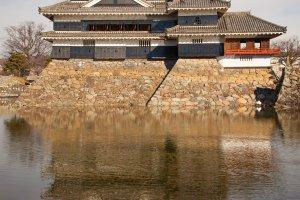 Hình ảnh phản chiếu của tòa thành dưới hào nước xung quanh trông tuyệt đẹp.