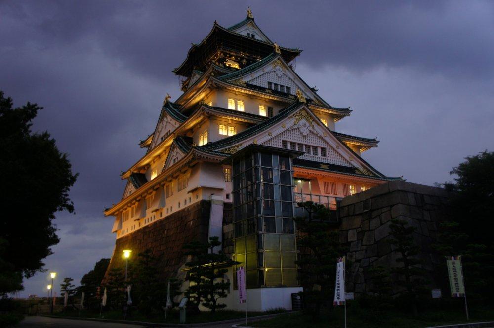 No interior, cada sala é iluminada em combinação com as luzes da rua em redor do castelo, dando uma sensação única e mística ao recinto