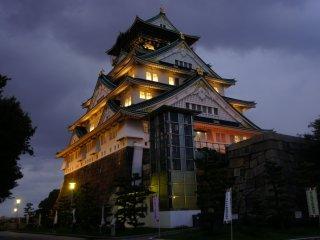 Tất cả các phòng riêng đều có đèn chiếu sáng bên trong, kết hợp với đèn đường xung quanh lâu đài, tạo cảm giác độc đáo và huyền bí cho toàn bộ khuôn viên lâu đài.