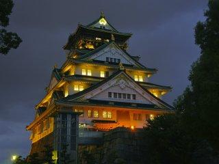 Uma foto de perto das iluminações místicas do Castelo de Osaka. Terá a sensação de estar a viajar no tempo e de repente poder sentir a presença dos samurais do século XVI, quando o castelo original foi construído