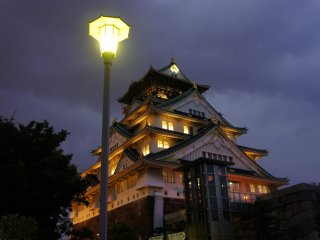 """Projeções são organizadas sobre o castelo uma vez por ano, mas esta iluminação """"padrão"""" é visível durante todo o ano"""