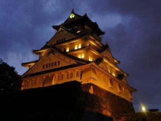 A iluminação começa às 17:00 todos os dias. Eu acho que este espetáculo é ainda mais bonito do que o castelo de Himeji.