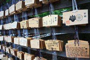 ผู้คนจากหลากหลายที่ ต่างเขียนคำขอพรเป็นภาษาของตนเอง
