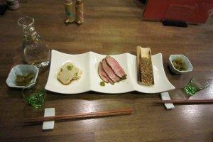 京ゆば、鴨肉、柚子味噌の3点盛りが冷酒に絶妙の肴になる