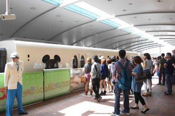 <p>รถราง Monorail ที่เชื่อมต่อจากสถานีรถไฟ Maihama Station</p>