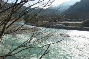 แม่น้ำโชกาวาทางฟากหนึ่งของหมู่บ้าน