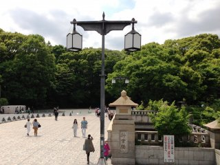 3.  Climb the pedestrian overpass. The Jingu Bridge on your right is the gateway to Meiji Shrine