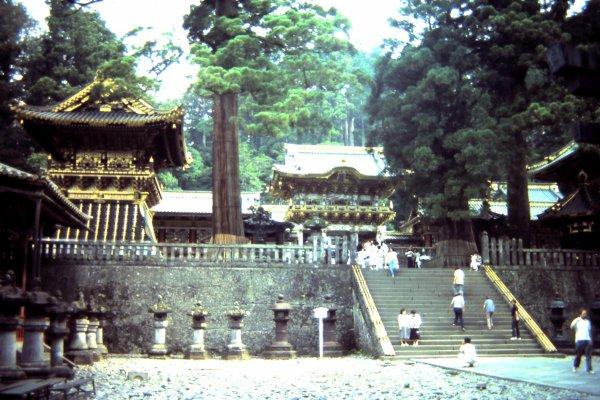 ศาลเจ้าโตโชกุ (Tōshō-gū) ศาลเจ้าชินโตซึ่งมีชื่อเสียงโด่งดัง ด้วยสถาปัตยกรรมที่งดงาม และที่มีชื่อเสียงที่สุดคือ ไม้แกะสลักลิงสามตัวเล็ก ๆ บนผนัง 'ไม่ฟัง ไม่พูด ไม่ดู' สิ่งชั่วร้าย