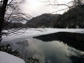 Hồ nước này bị đóng băng một phần, tạo nên khung cảnh đặc trưng của mùa.
