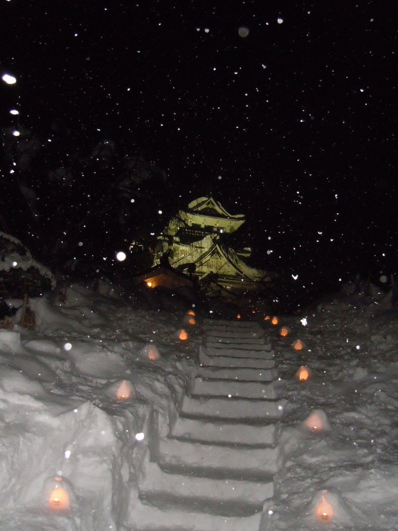 <p>The stairway to the castle at Yokote, flanked by miniature Kamakuras.&nbsp;</p>