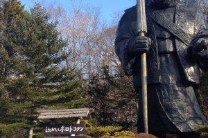 รูปปั้นเทพเจ้าประจำชนเผ่ายืนต้อนรับนักท่องเที่ยว