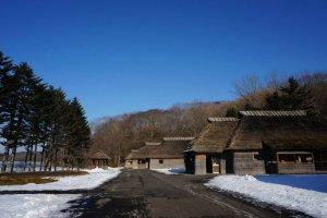 หมู่บ้านจำลองที่สร้างจากวัสดุธรรมชาติคงความดั้งเดิมความเป็นชนเผ่าไอนุ