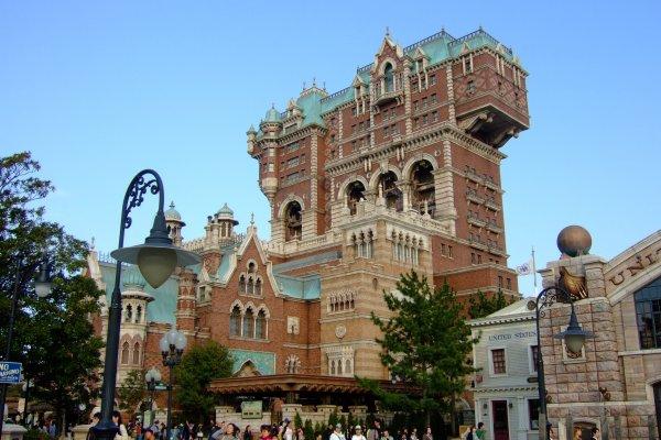 อาคารโรงแรม High Tower โซน America Waterfront ที่ตั้งเครื่องเล่นชื่อดังของสวนสนุก