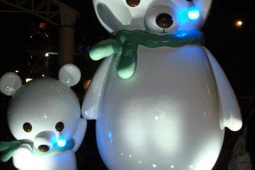 <p>Crying bears at Aqua City encourage us to save the environment</p>