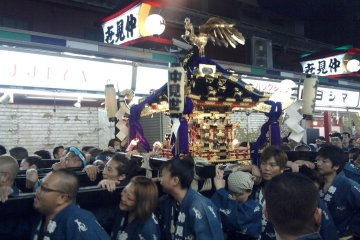 <p>ขบวนแห่ Mikoshi ที่ถนน Nakamise</p>