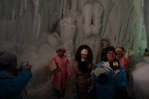 ผ้าชุบน้ำที่ได้รับแจกก่อนเข้ามาภายในถ้ำน้ำแข็ง ตอนนี้กลายสภาพแข็งเปลี่ยนรูปร่างไปหมดแล้ว