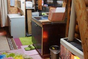 ภายในบ้านพักสำหรับ 4 คน ตรงนี้เป็นส่วนของห้องครัว ตามภาพคือมีเตาแก๊ส อ่างล้างจาน อุปกรณ์ทำครัวต่างๆ ก็จะเก็บไว้ในตู้ใต้อ่างล้างจาน