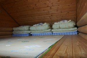 ห้องนอนบนชั้น 2 เป็นแบบนอนฟูกสำหรับ 3 คน