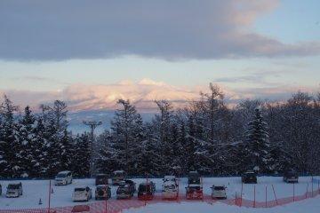 <p>ภาพวิวภูเขาที่เต็มไปด้วยหิมะ ถ้าเข้ามาในลานสกี Furano ก็จะเห็นวิวสวยๆ แบบนี้</p>
