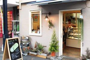 หน้าร้าน สามารถสังเกตุได้จากป้ายที่ตั้งอยู่ด้านหน้า