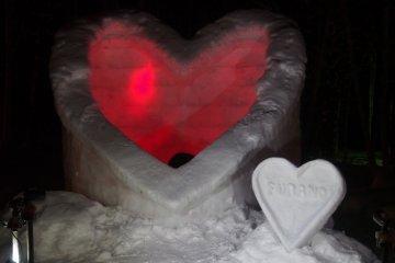 <p>รูปปั้นจากหิมะ ที่ทำเป็นรูปต่างๆ ในภาพเป็นรูปหัวใจ</p>