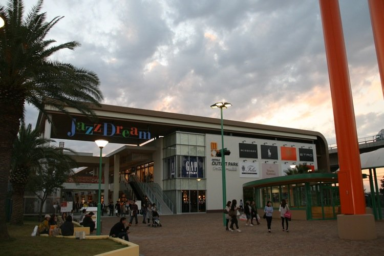 Welcome to central Japan's biggest outlet mall, Jazz Dream Nagashima!