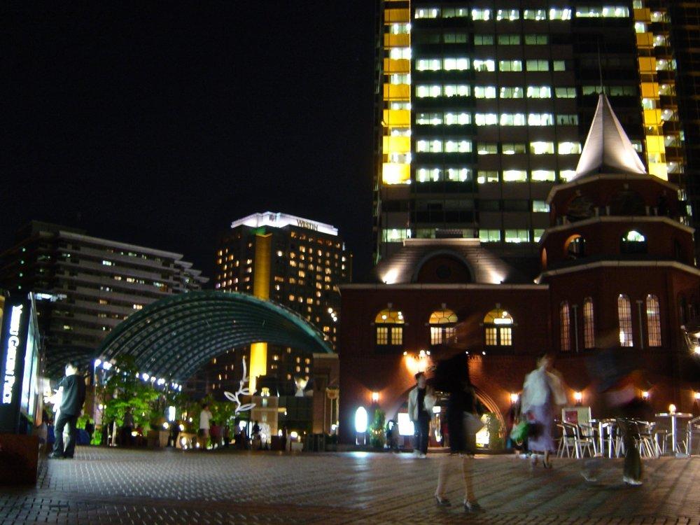 에비스 가든 플레이스는 에비스 스카이워크를 통해 접근할 수 있으며, JR 에비스 역에서 걸어서 5분 거리에 있다. 야간 조명은 특히 아름답다