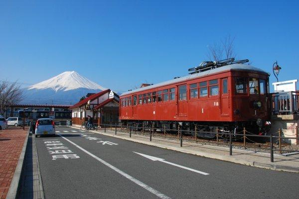 ภูเขาไฟฟูจิออกมาต้อนรับตั้งแต่เดินทางมาถึงที่สถานีรถไฟ Kawaguchiko