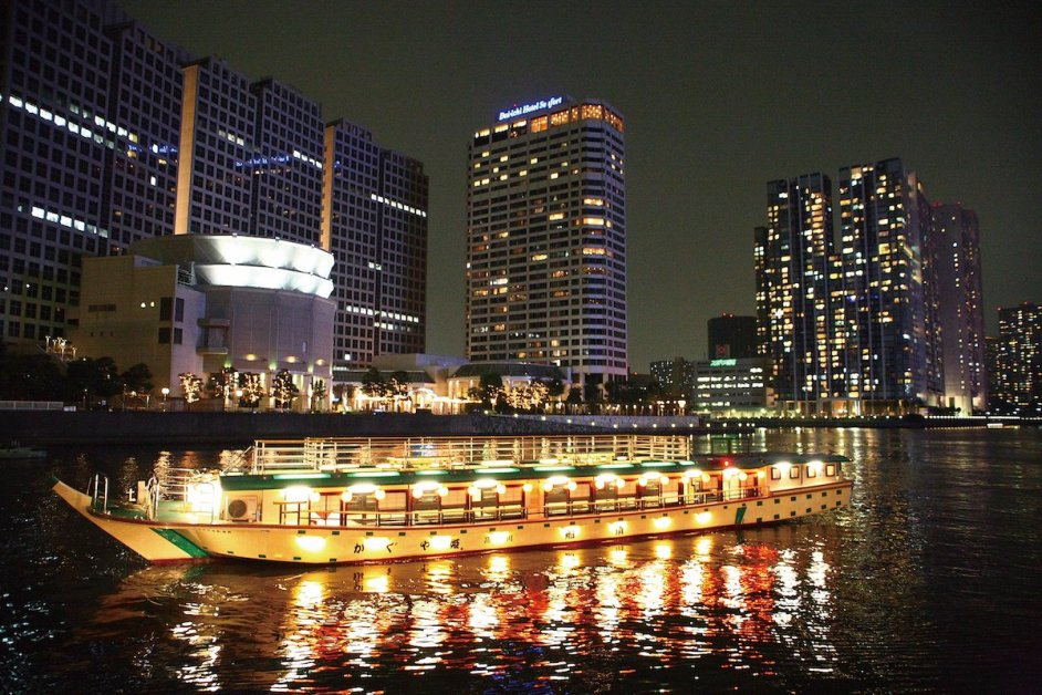 Applications for shared houseboats are accepted for two or more passengers. Reservations and advanced payment are required