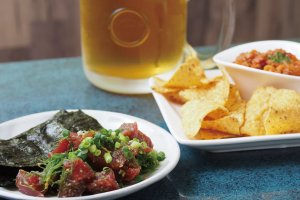 Natural Tuna with Wasabi Soy Sauce (¥1,000) (excluding tax) and Chili Con Carne Tortilla Dip (¥420) (excluding tax)
