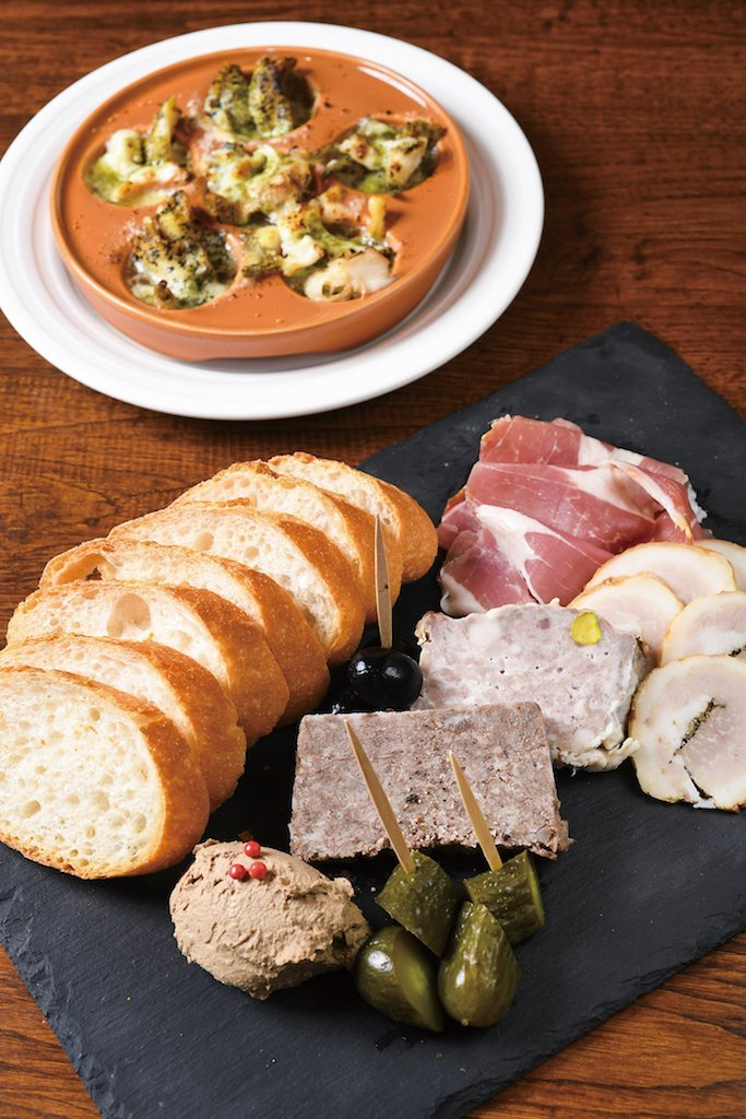 Assorted Meat Antipasto (¥2,500) (excluding tax) and Escargots-style Mussels (¥900) (excluding tax)